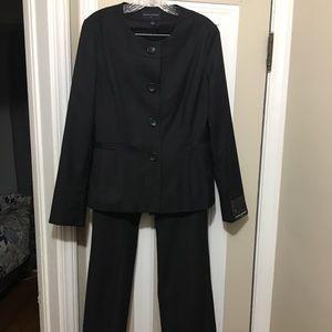 Banana Rep Suit.  NWT.  Sz 10 Top and 8L pants.